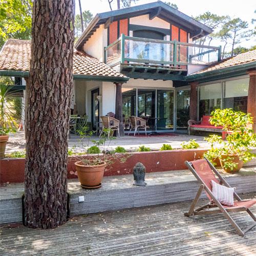 Une maison de Style Basco Landais, colombages en briques et colonnes de bois exotique