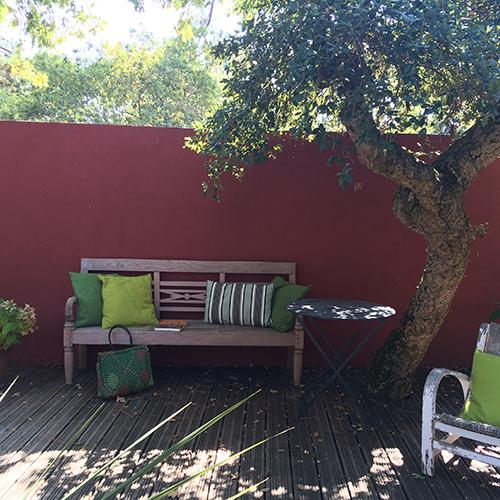Un coin de terrasse aux murs couleur des frontons de pelote basque